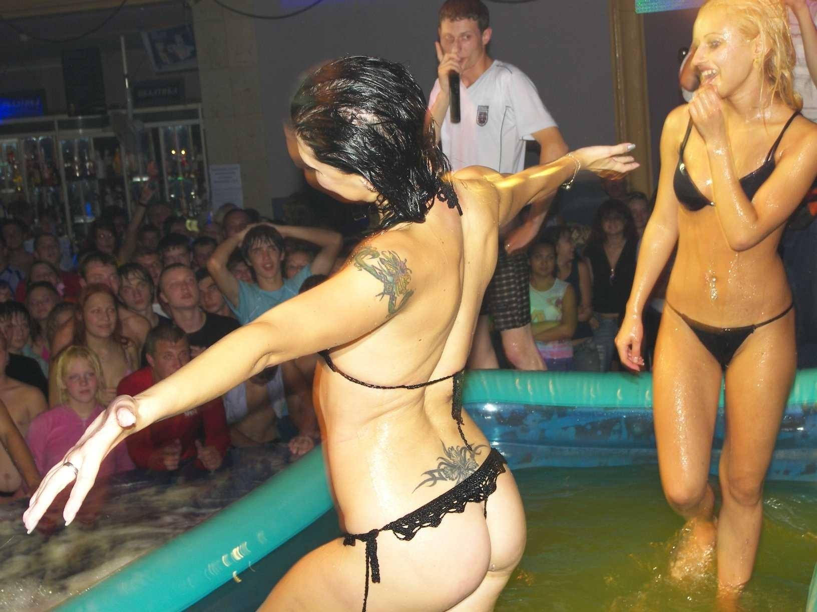 В бассейне красивая малышка занимается страстными развратными делами