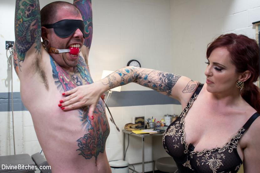 Зрелая пышногрудая бабенка поиздевались над членом татуированного паренька