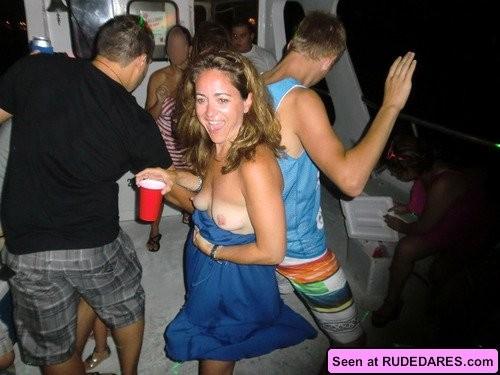 Девушки совсем не прочь похвастать своими голыми телами с большими дынями, их дойки зачетные