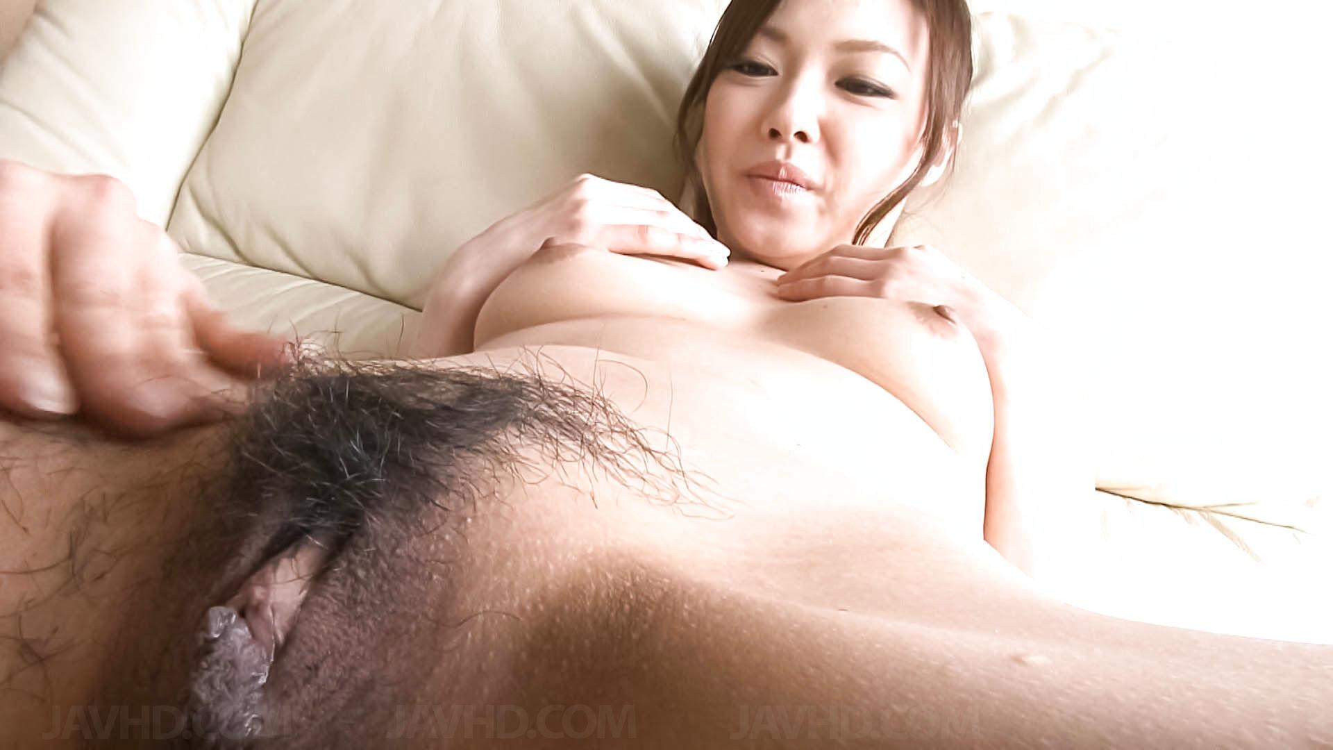 Азиатка с большой пиздой перед камерой бреет себе киску станком