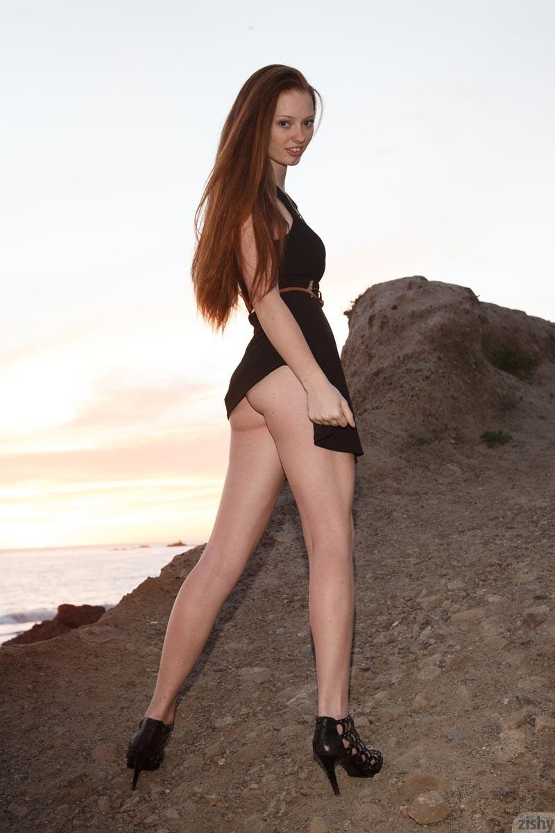 Прогуливаясь у моря, Зиши решает немножко подразнить всех и показать некоторые части тела