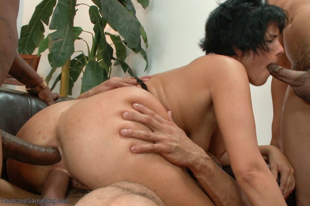 Межрассовое порно с кучей мужиков одной единственной телки