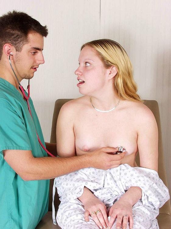Девушка приходит на клизму, а молодой врач устраивает ей хорошую еблю прямо на кресле