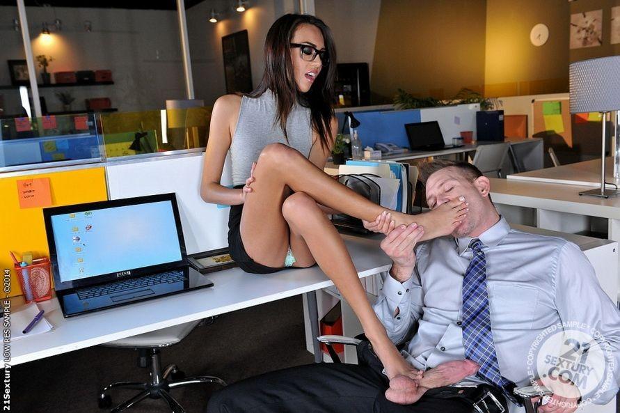 Красавица Жанет Грифиз обожает, когда шеф лижет ей пальцы на ногах перед тем, как выебать ее в пизду