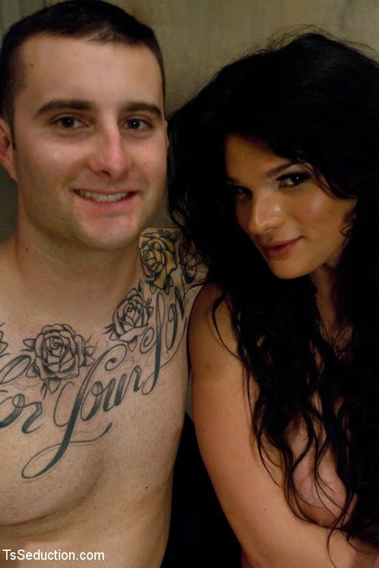 Трансвестит трахает в задницу татуированного молодого паренька