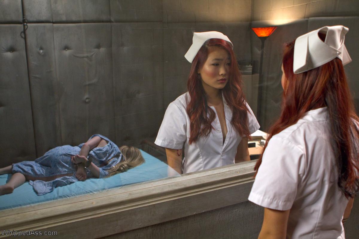 Две медсестры развлекаются: одна одела черный страпон и жестко выебала свою подружку