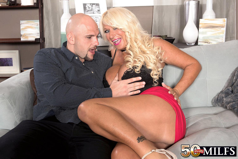 Симпатичная блондинка в годах удовлетворят своего любовника своим пышным бюстом, член мужика доволен от таких ласк