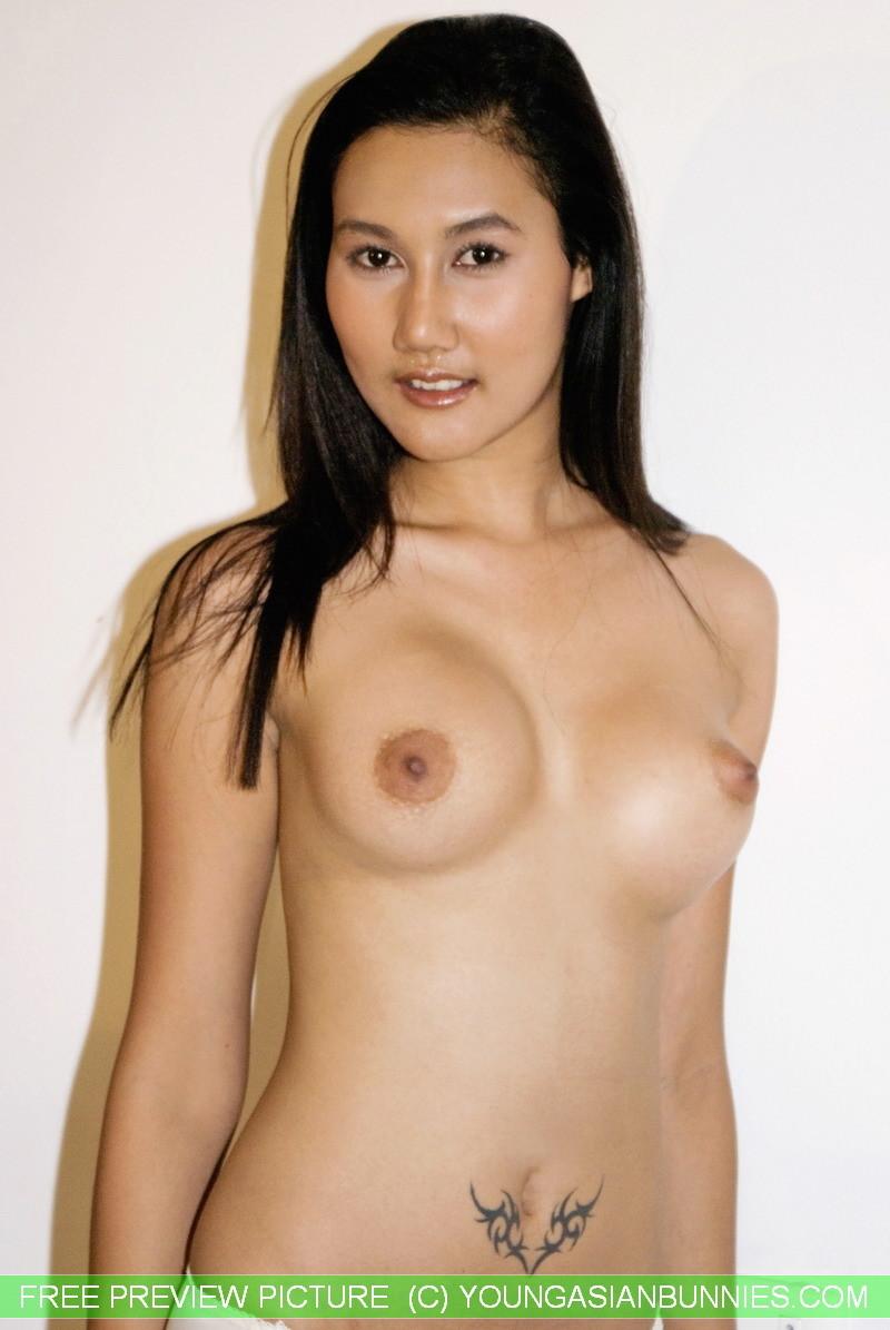 Азиатская девушка медленно снимает с себя все нижнее белье