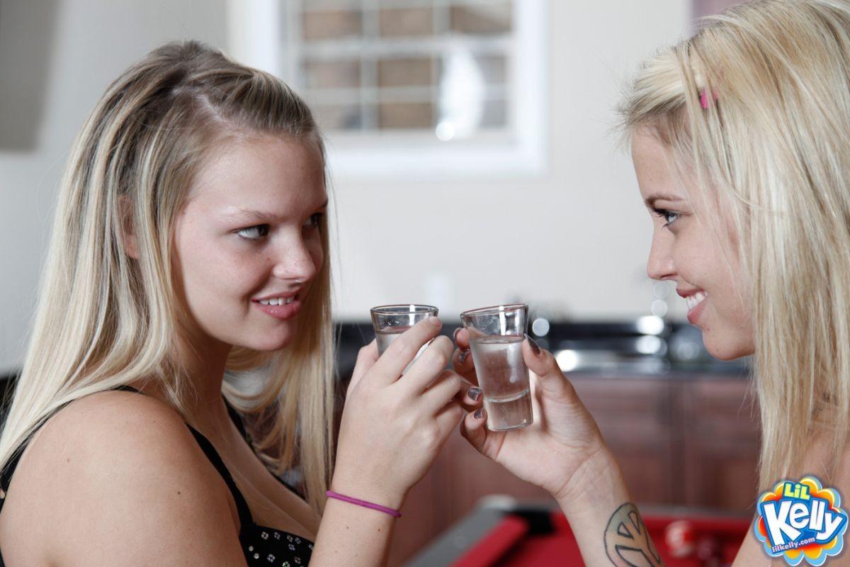 Сочные лесбиянки с красивыми влажными кисками целуются стоя на кухне