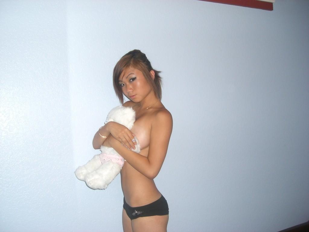 Голые девушки очень любят выкладывать в сеть свои сексуальные фото