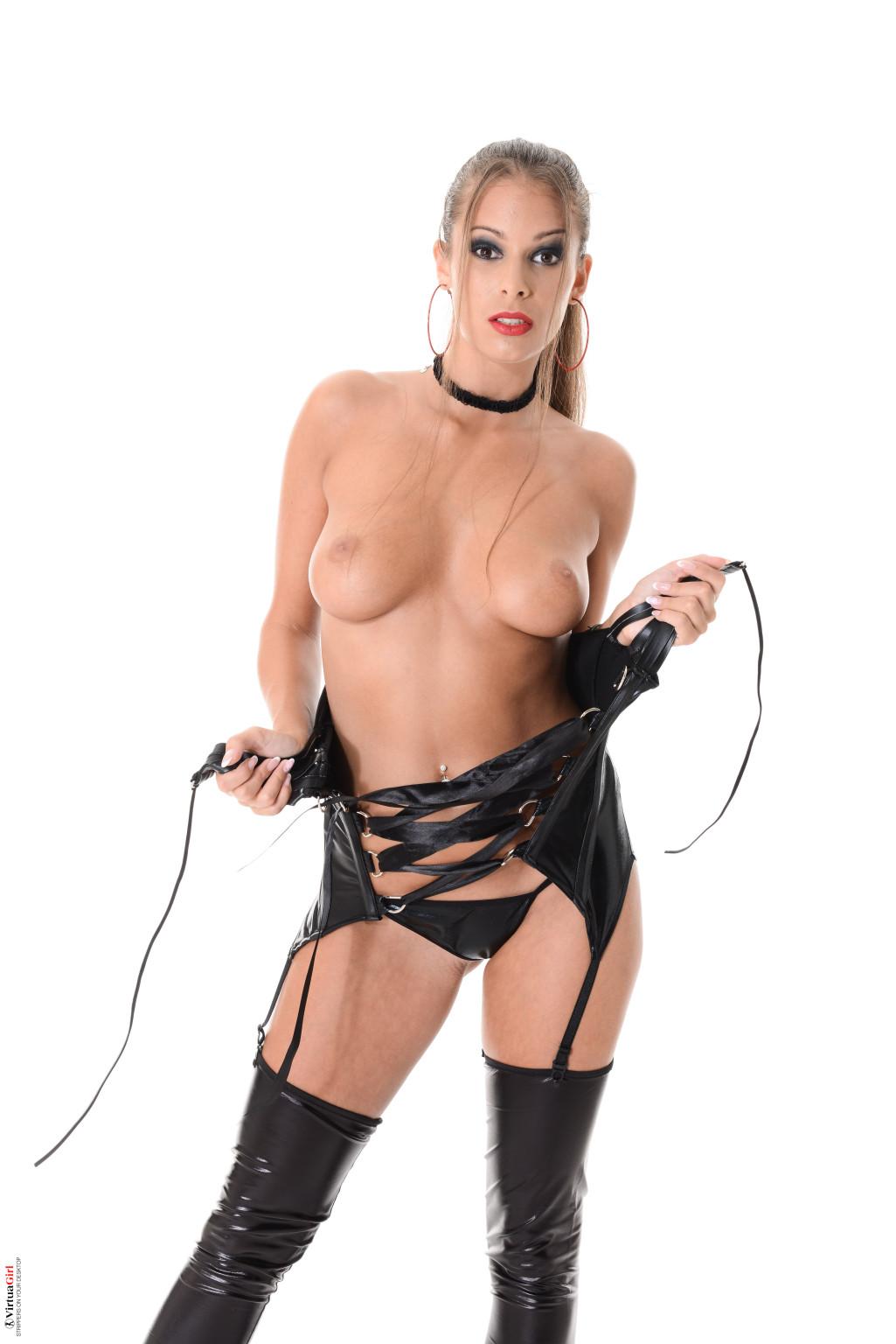 Блондинка Лия Тейлор снимет свой кожаный корсет, под ним прячется не только бархатное тело, но и аккуратные розовые соски