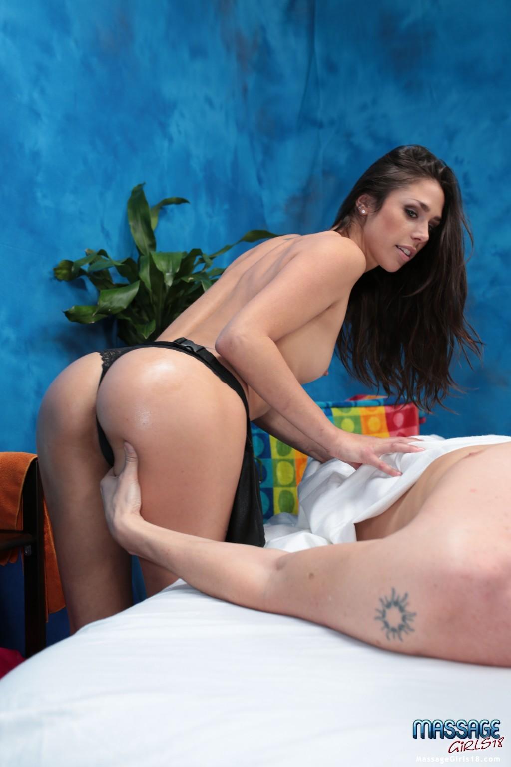 Парень пришел на массаж и насладился трахом на массажном столе, Анна трахает клиента