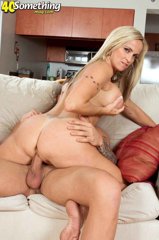 Дэни Дэйр достаточно опытна, поэтому знает, как правильно возбудить мужчину, чтобы он с удовольствием трахнул ее