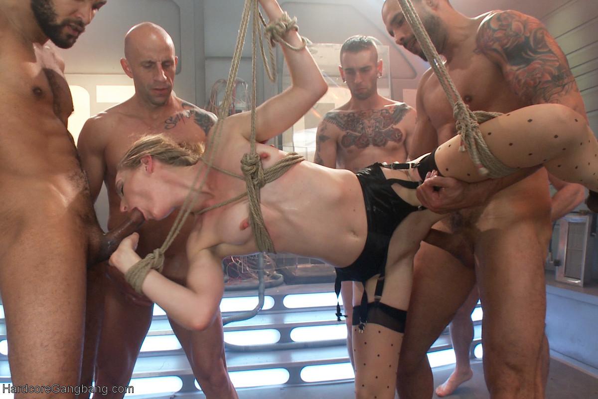 Голодная телка берет в рот у троих мужчин и глотает всю сперму
