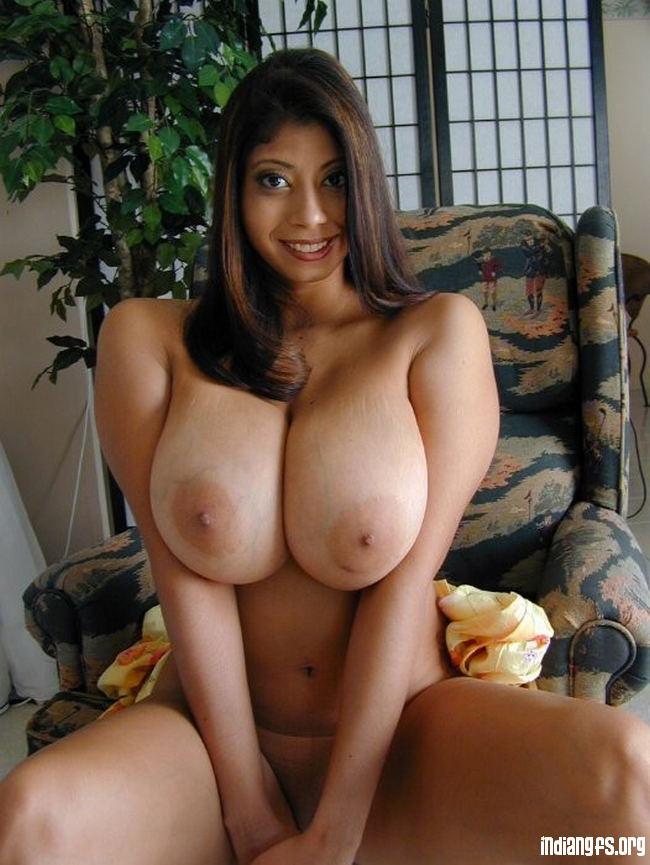 Зрелые индийские голые телки с большими батонами перед камерой