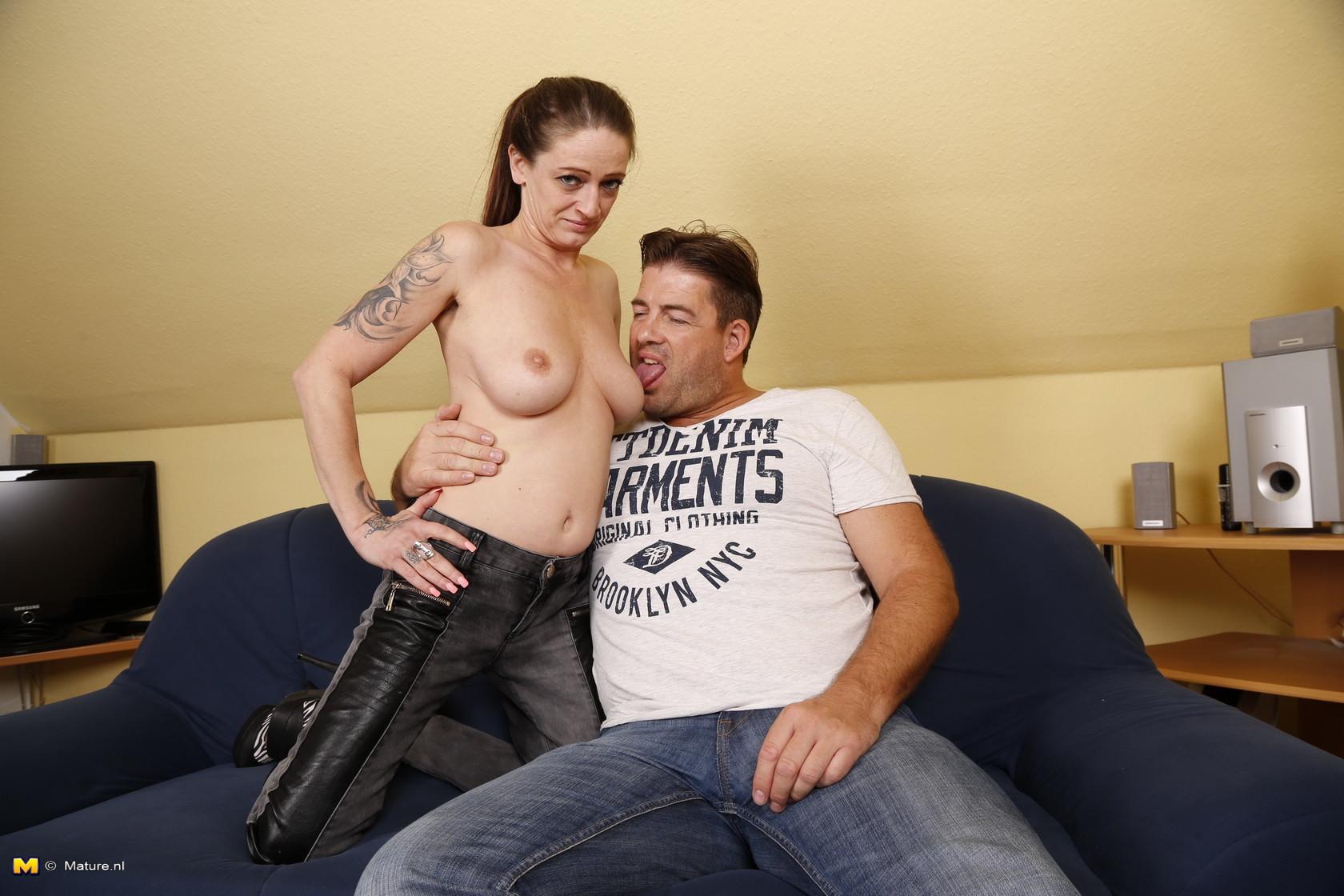 Германская проститутка забавляется со своим новым богатеньким клиентом