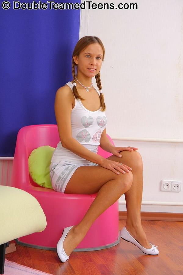 Русская молоденькая девица удовлетворилась двойным проникновением