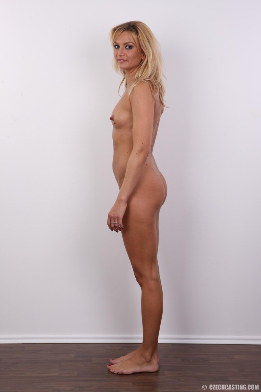 Девка с большими сосками на сиськах соблазняет фотографа своим телом