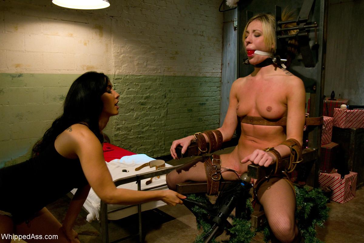 Красивая медсестра договорилась о встрече с подругой, а та связала ее и трахнула страпоном