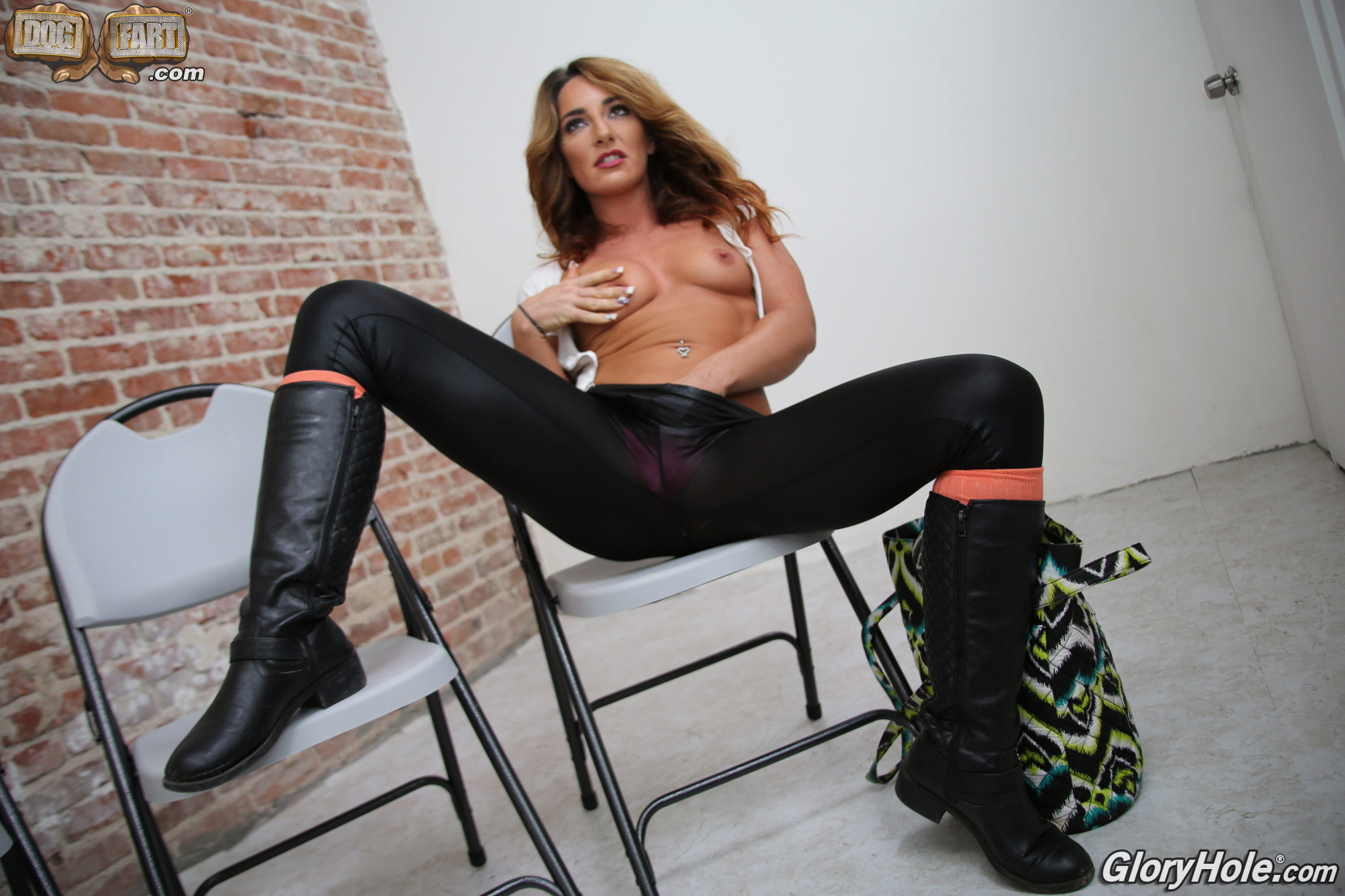 Шикарная красотка Савана Фокс в розовых бикини занимается мастурбацией