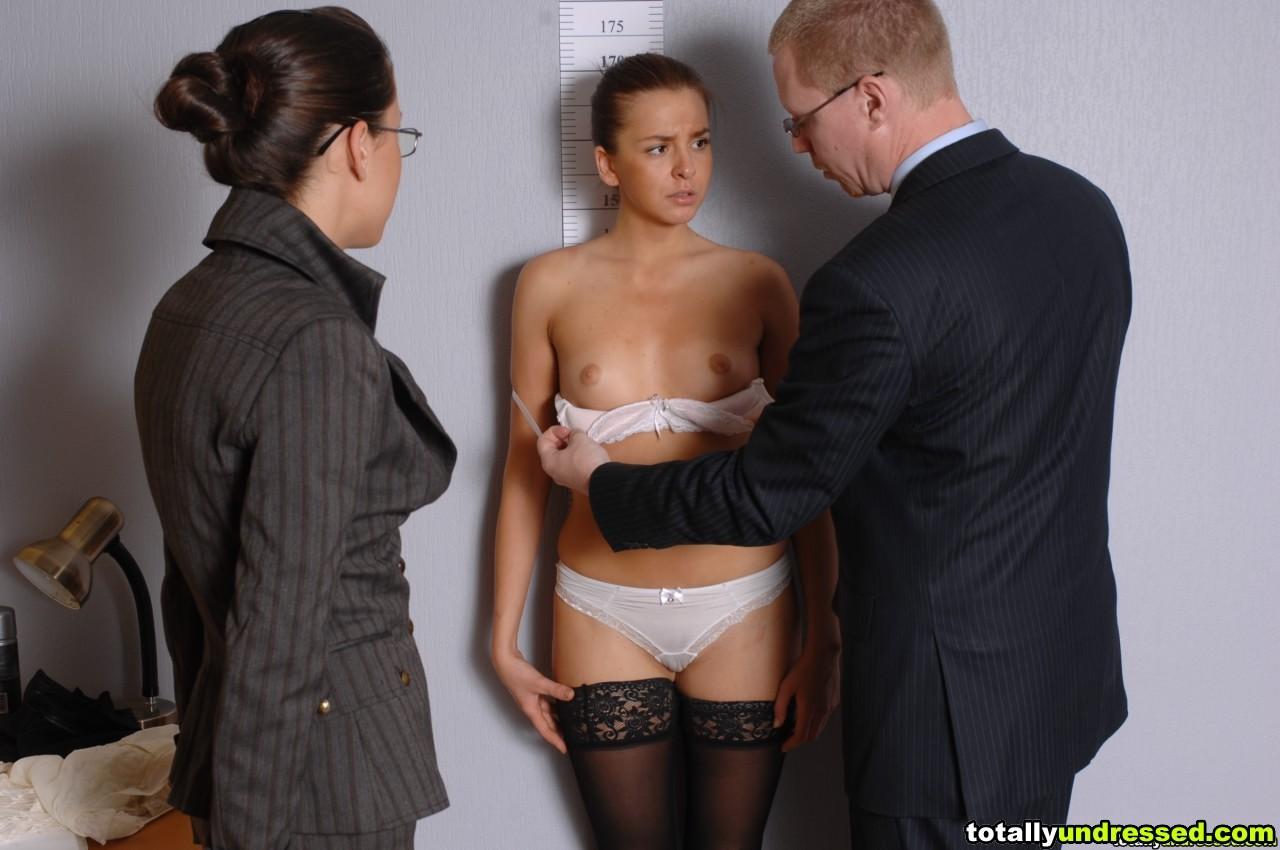 Девушка оказывается в обществе развратной парочки, которая жаждет посмотреть на все ее достоинства