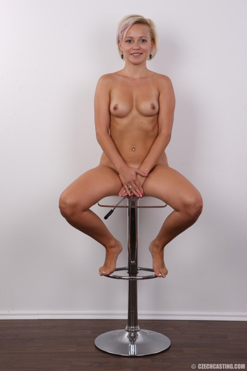 Блондинка на порно кастинге снимает все белье и оголит свои аккуратные сексуальные соски