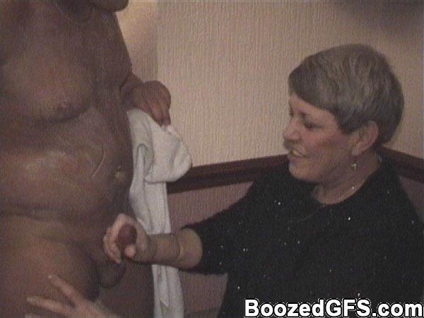 В свингерском клубе любят заводить новые связи интимные красотки