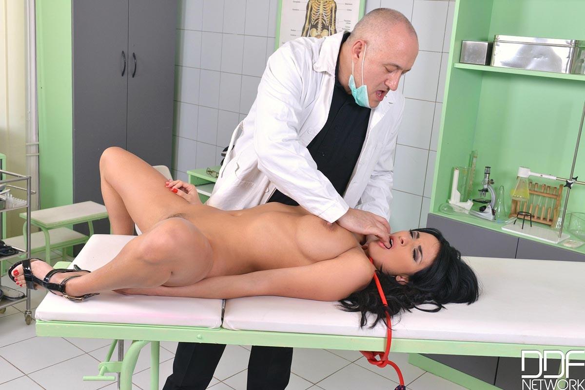 Шикарную брюнетку в больнице лысый доктор ебет раком в анал
