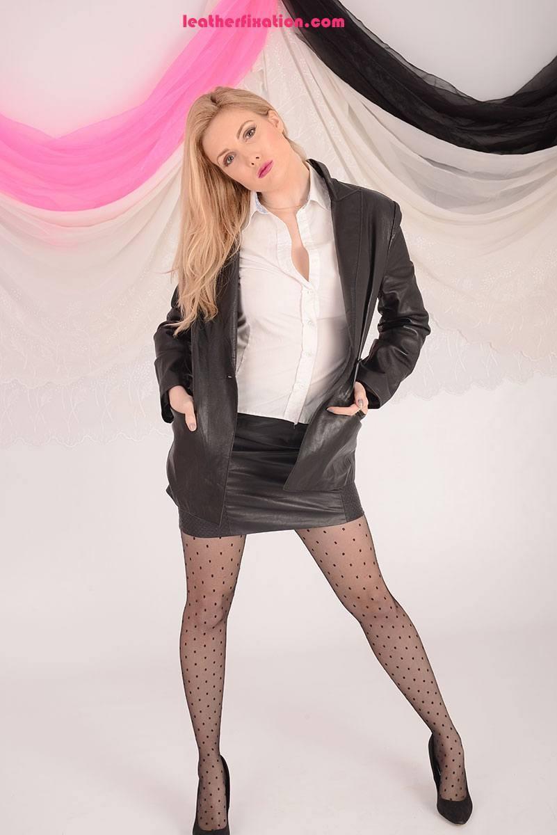 Стриптиз от скромной работницы офиса, пора увидеть, что скрывается под тонкой белой блузкой