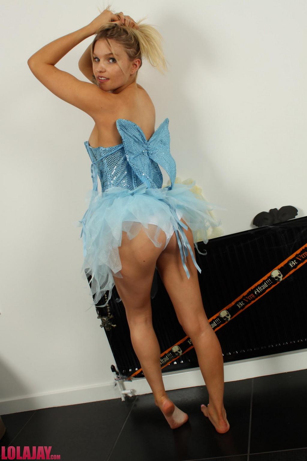 Лола Джей раздевается после Хэллоуина и показывает свое стройное молодое тело