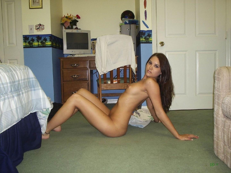 Голая девушка с удовольствием позирует своему парню на камеру у него дома