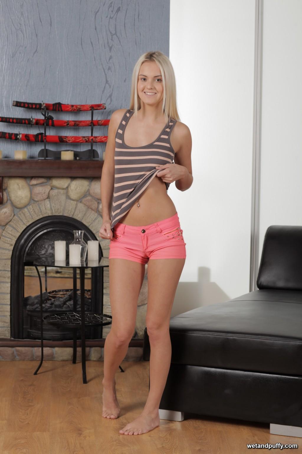 Роскошная блондинка сняла обтягивающие шорты и помастурбировала