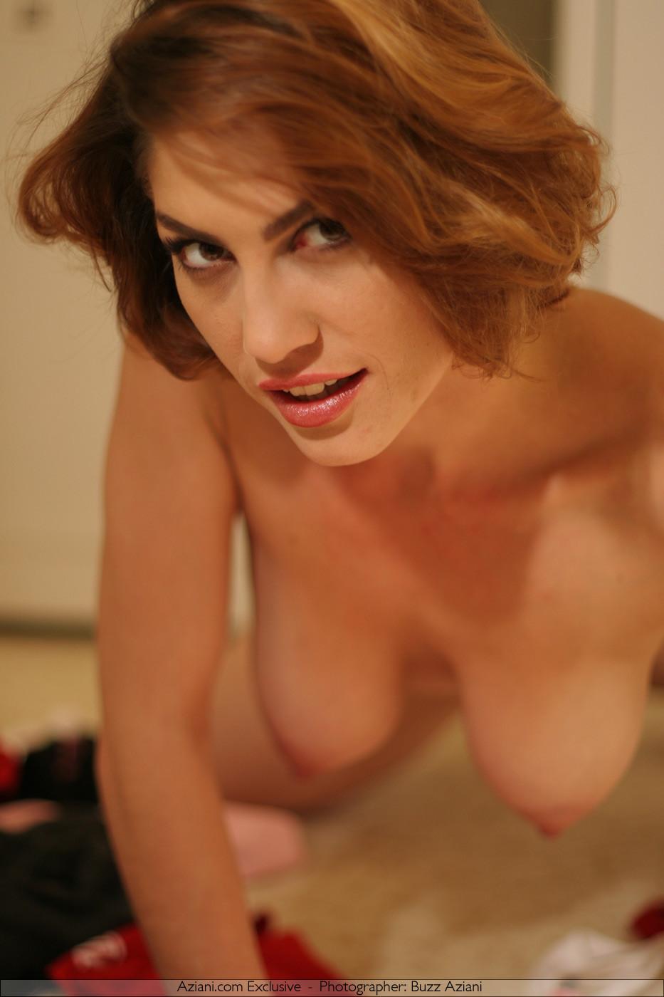 Женщина обладает особым шармом, который она так хорошо передает через свои откровенные фото