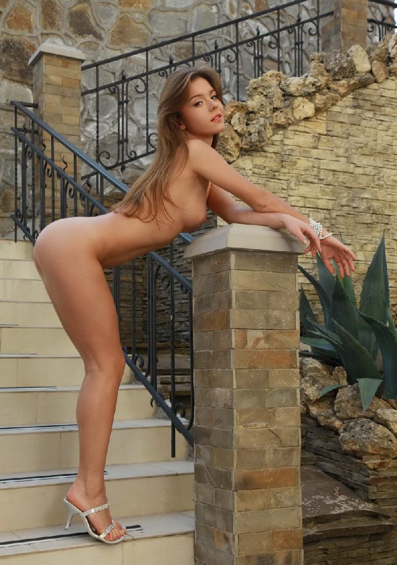 Сексуальная телка Люси с красивыми формами радует мужчин
