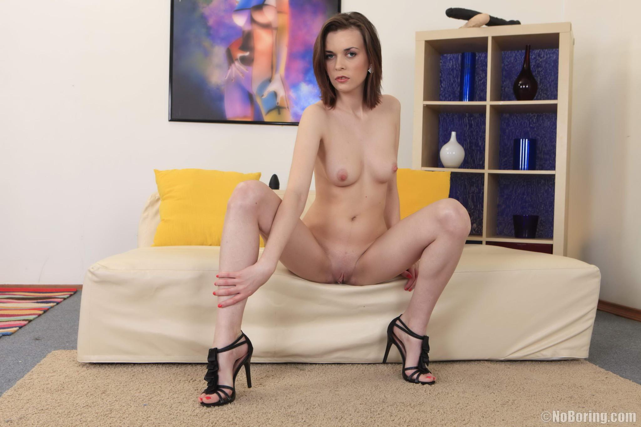 Лесбиянки  прикупив себе новенькие секс игрушки занимаются развратным трахом