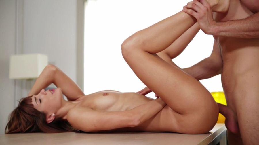 Каролина очень сексуально ест банан, ее муж предлагает попробовать более вкусный фрукт, который лежит без дела у него в штанах