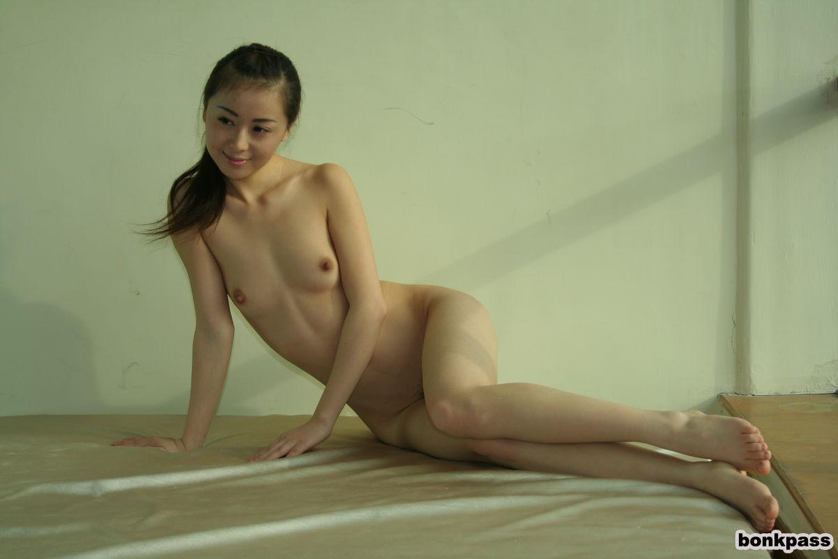 Худенькая азиатка блещит перед камерой своей мелкой грудью