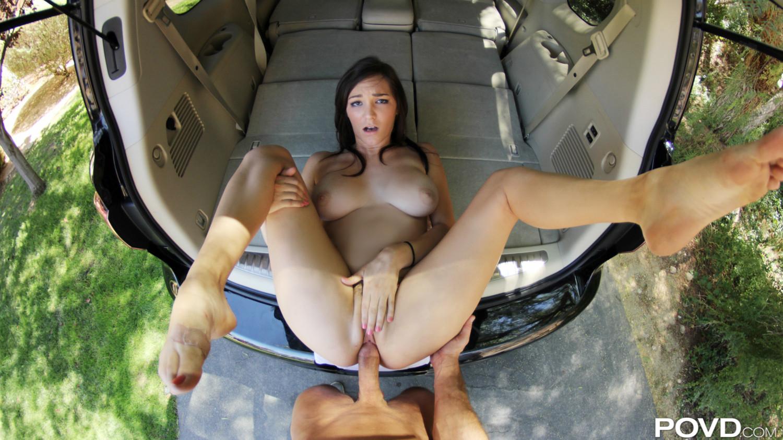 Брюнетка с интимной стрижкой развлекается с пареньком в багажнике