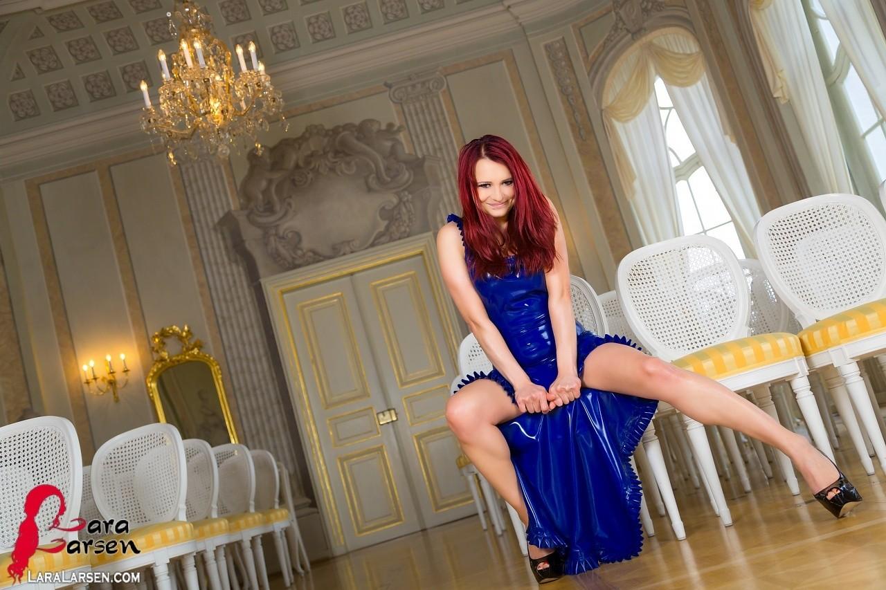 Шикарная леди с рыжими волосами предлагает незабываемо провести ночь, под платьем скрывается идеальное тело