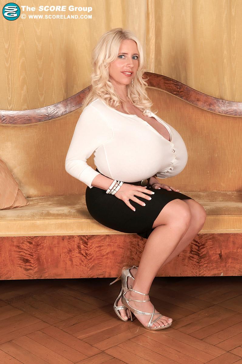 Блондинка с не натуральной грудью вывалила её на осмотр фотографу
