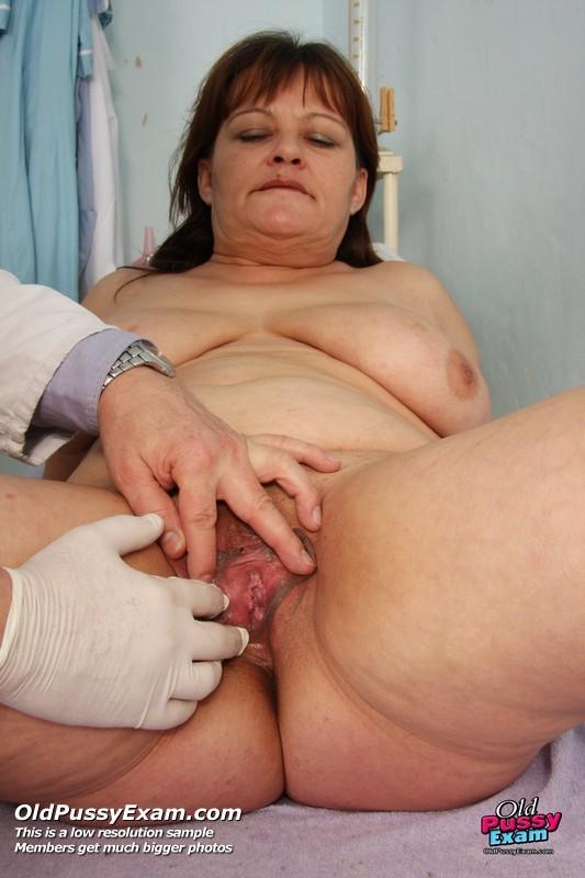 Пожилой врач принимает зрелую пациентку и вставляет в ее пизду расширитель, а в попке орудует ватной палочкой