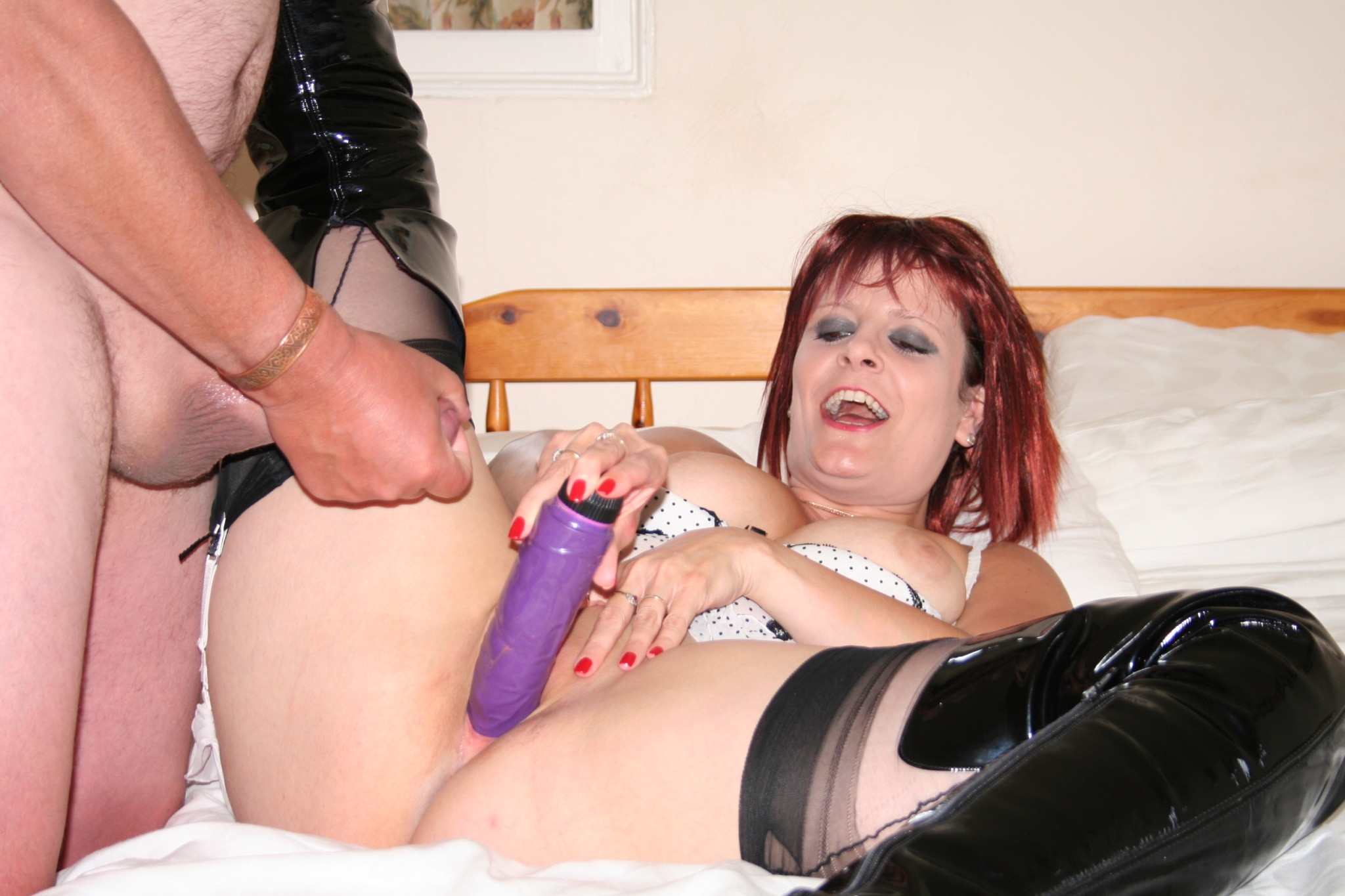 Зрелая женщина в неформатном образе показывает всю свою распущенность