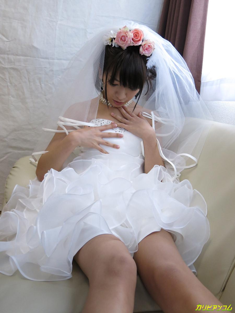Девушка с азиатской внешностью в свадебном платье не может дождаться брачной ночи и мастурбирует