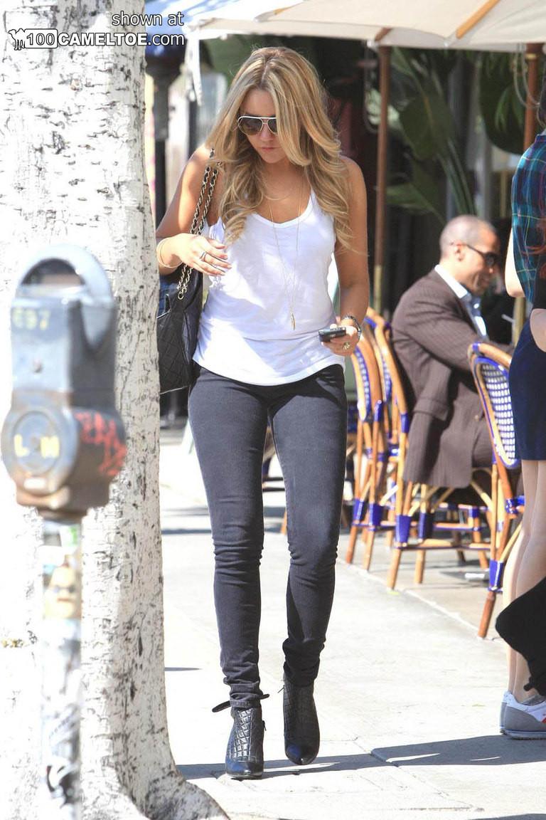 Красивая молодая девушка в наушниках с длинными гладенькими ножками