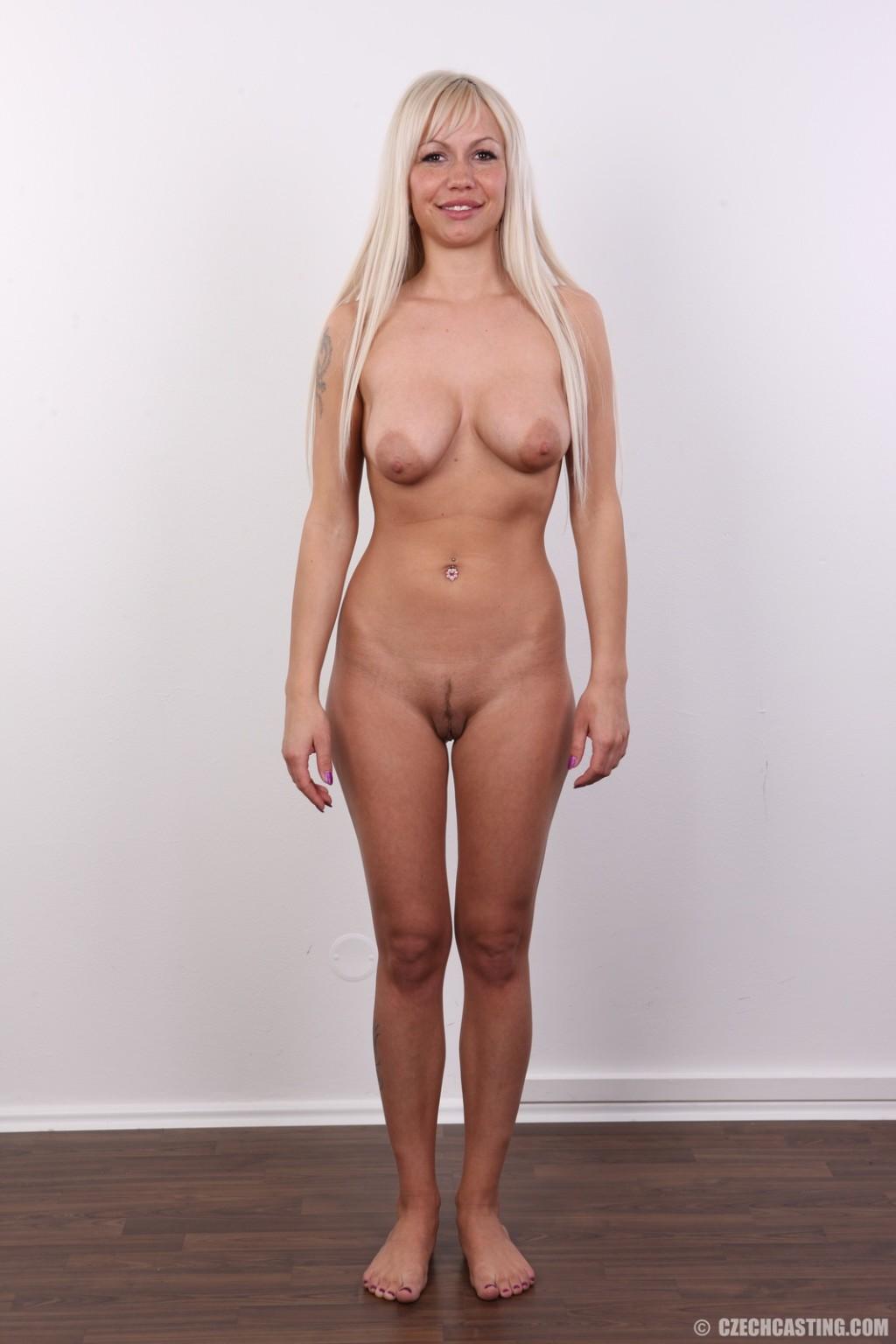 Блондинка с натуральными дойками на кастинге сняла с себя трусики
