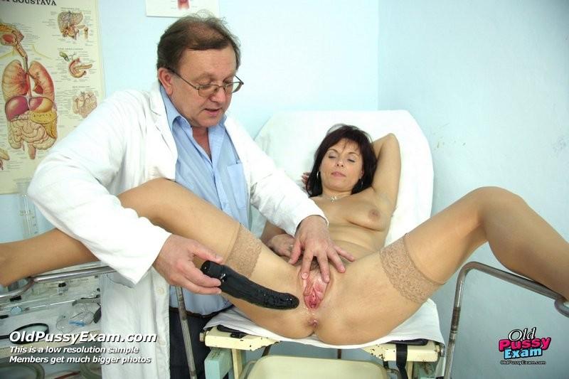 Гинеколог очень любит рассматривать женские влагалища, поэтому делает это с особым удовольствием