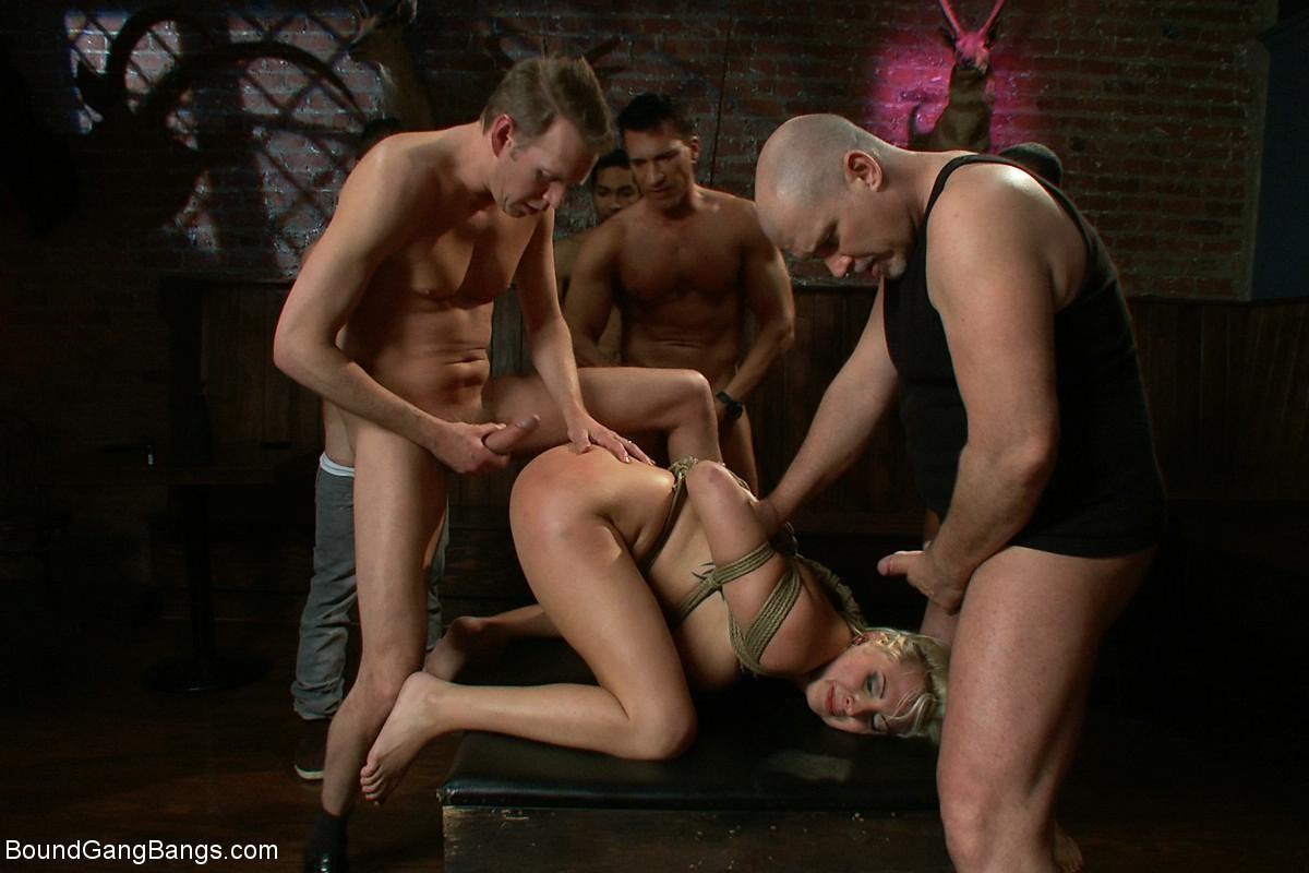 Блондинка показывает себя в полной красе – она готова принять в себя несколько членов и ублажить их