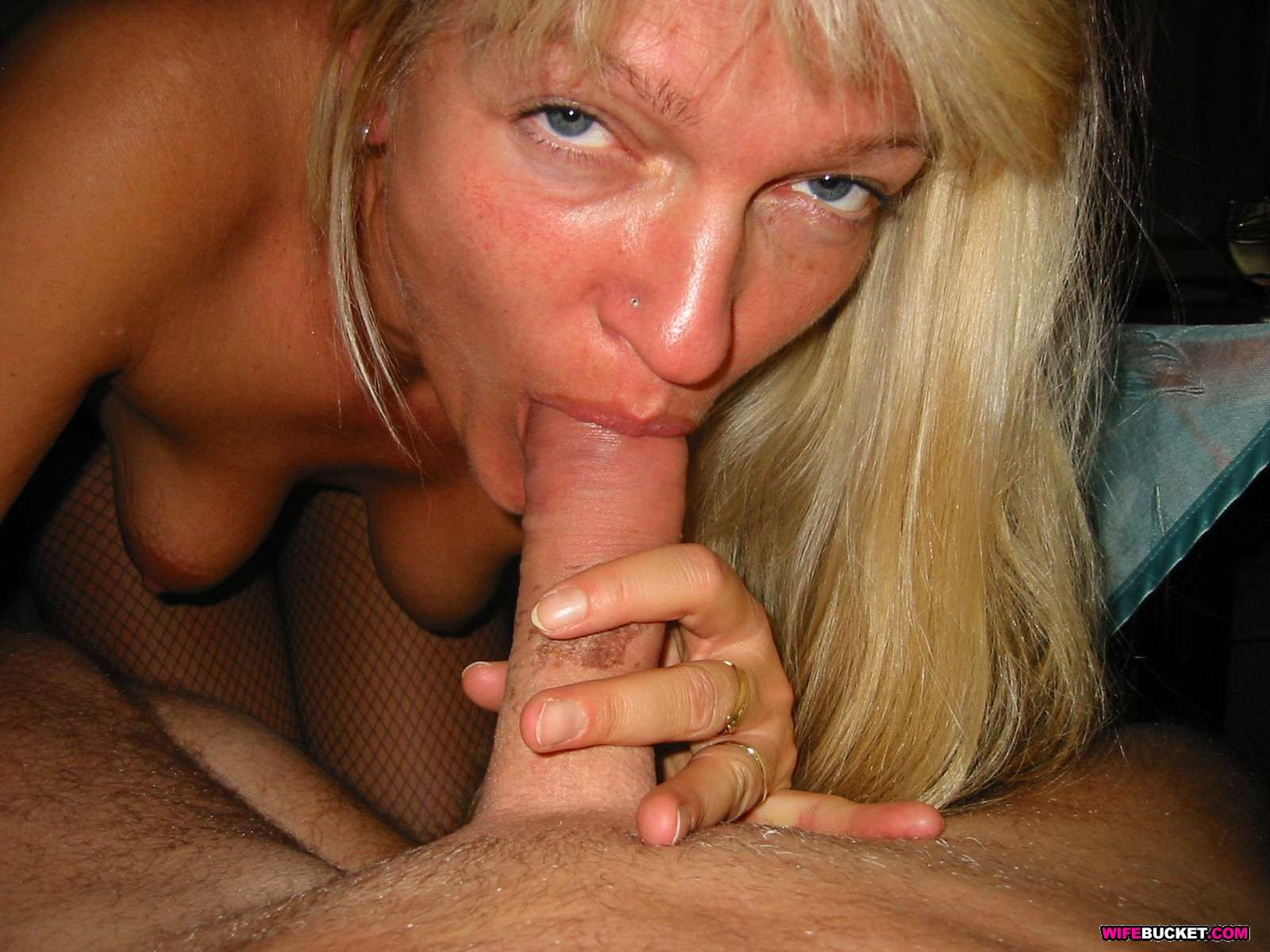 Зрелую блондинку с рыхлой пиздой трахает паренек от первого лица