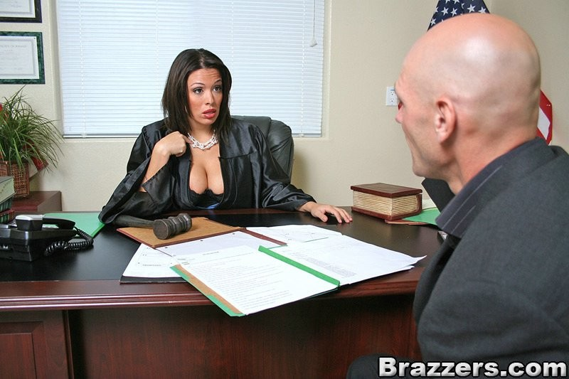 Темноволосая судья с огромными силиконовыми сиськами сосет хуй лысому адвокату, а затем позволяет себя выебать