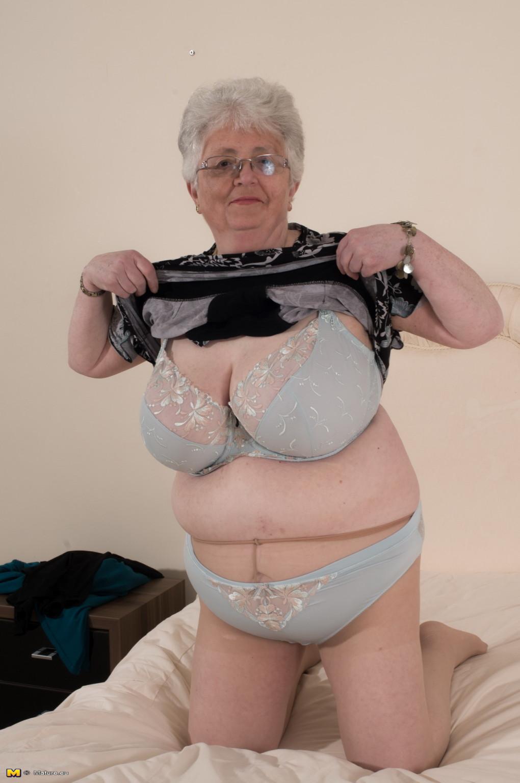 Пожилая женщина не сдает позиции и принимает участие в эротической фотосессии